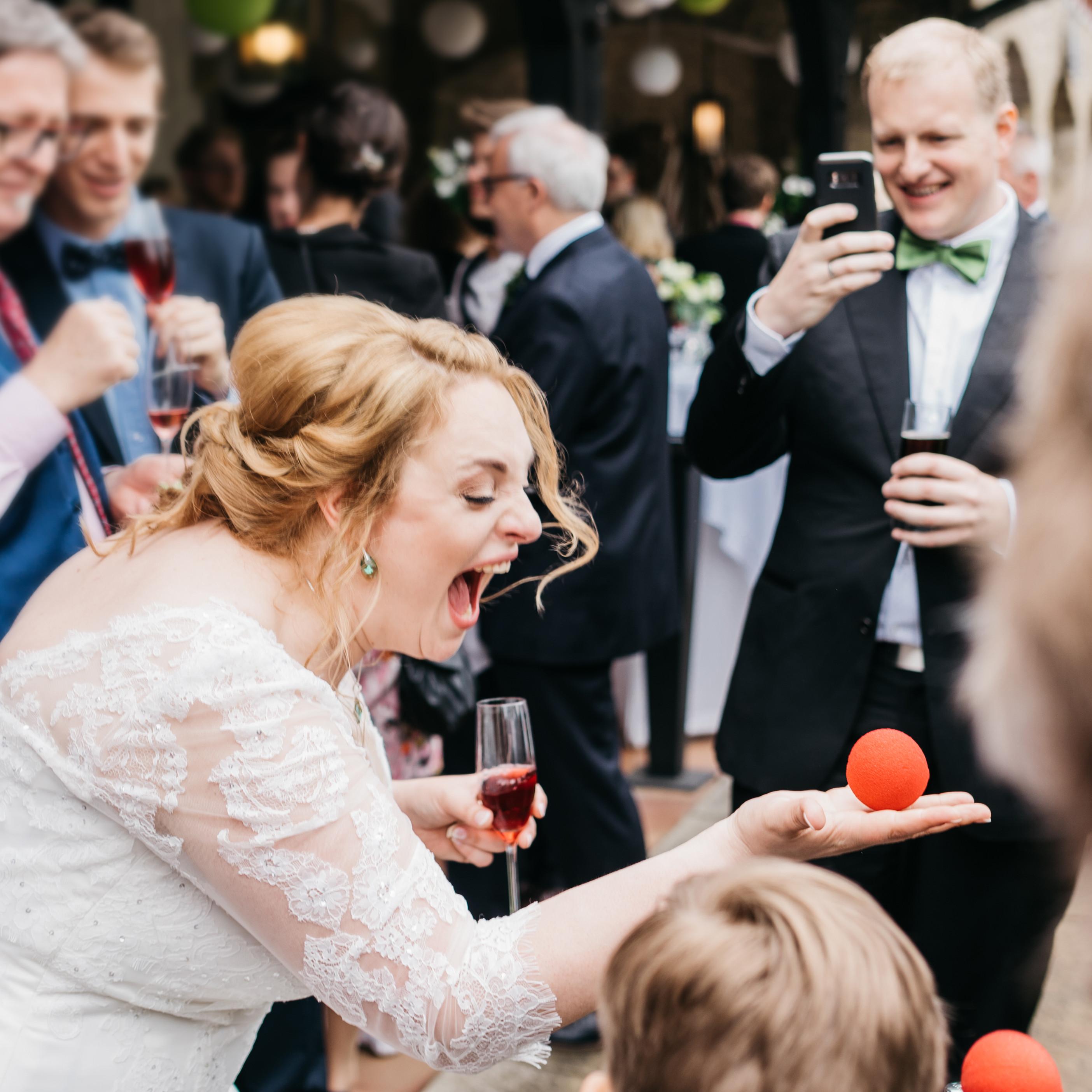 Tischzauberei beim Sektempfang einer Hochzeit